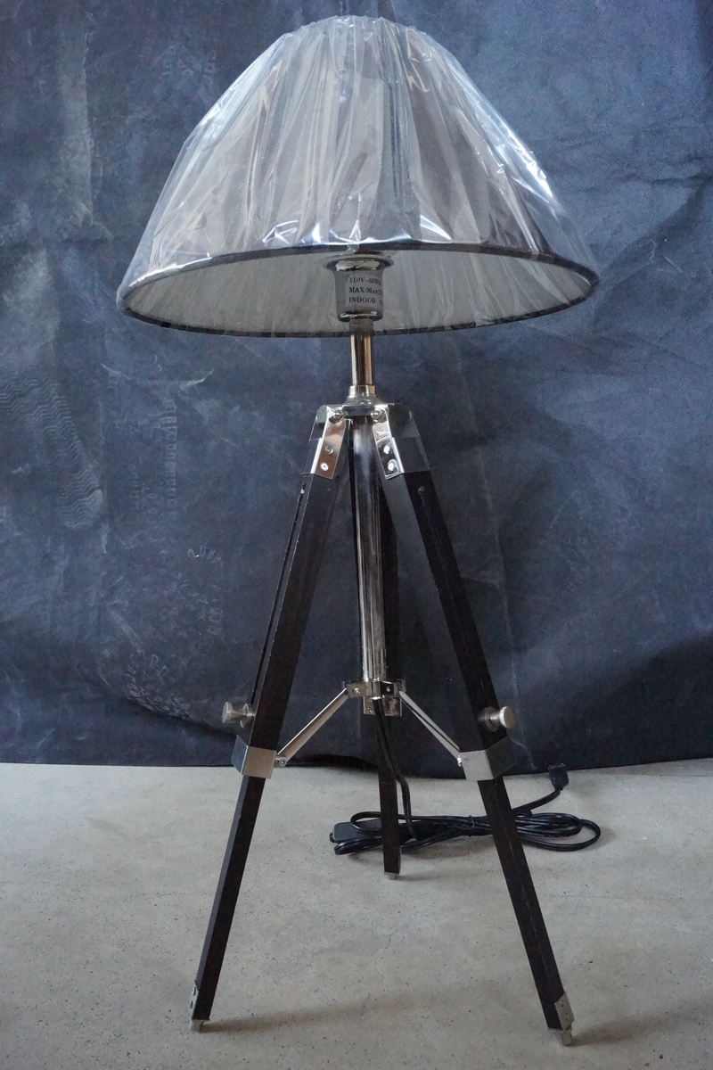 Hotel Fabric Shade Tripod Wooden Base Table Lamp (KAT705S)